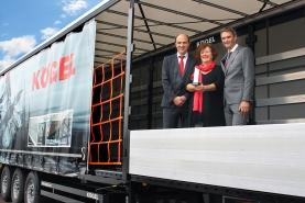 Слева направо: Томас Ешей, директор Kögel, Петра Адрианович, директор Kögel и Uwe Schöbel, руководитель отдела техники Dolezych